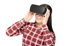 Девушка в шлемофоне видео VR наблюдая Стоковые Фото