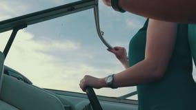Девушка в шлюпке двигателя платья бирюзы с человеком 100f 2 8 28 velvia лета nikon s fujichrome пленки f вечера камеры 301 ai ром сток-видео