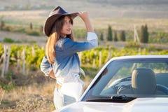 Девушка в шляпе белый автомобиль с откидным верхом Стоковые Фото