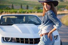 Девушка в шляпе белый автомобиль с откидным верхом Стоковое Изображение