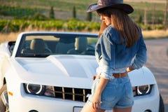 Девушка в шляпе белый автомобиль с откидным верхом Стоковое Изображение RF