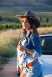Девушка в шляпе белый автомобиль с откидным верхом Стоковая Фотография