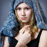 Девушка в шляпе связанной синью Стоковые Изображения RF