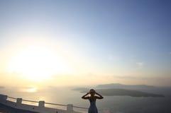 Девушка в шляпе смотрит на море Стоковая Фотография