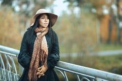 Девушка в шляпе стоя на мосте Стоковые Изображения RF