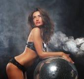 Девушка в дыме с шариком диско Стоковые Фото