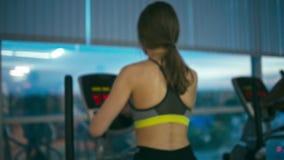 Девушка в эллиптической cardio машине видеоматериал