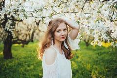 Девушка в яблоневом саде Стоковое фото RF