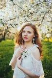 Девушка в яблоневом саде Стоковые Изображения RF