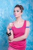 Девушка в ярких одеждах на сравнивая предпосылке, ретро стиле Стоковые Фотографии RF