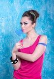 Девушка в ярких одеждах на сравнивая предпосылке, ретро стиле Стоковые Фото