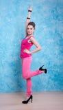 Девушка в ярких одеждах на сравнивая предпосылке, ретро стиле. Стоковые Изображения