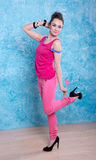 Девушка в ярких одеждах на сравнивая предпосылке, ретро стиле. Стоковое Фото