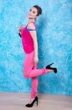 Девушка в ярких одеждах на сравнивая предпосылке, ретро стиле. Стоковые Изображения RF