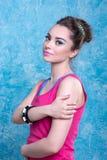 Девушка в ярких одеждах на сравнивая предпосылке, ретро стиле. Стоковые Фотографии RF