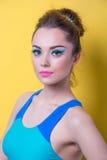 Девушка в ярких одеждах, покрашенная предпосылка Стоковое Изображение