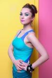 Девушка в ярких одеждах, покрашенная предпосылка Стоковые Фото