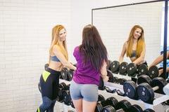 Девушка в ярком белом спортзале Стоковые Фотографии RF