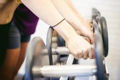 Девушка в ярком белом спортзале Стоковое Фото