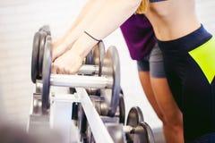 Девушка в ярком белом спортзале Стоковое фото RF