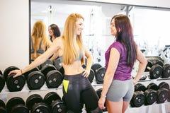 Девушка в ярком белом спортзале Стоковое Изображение RF
