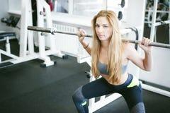 Девушка в ярком белом спортзале Стоковая Фотография RF