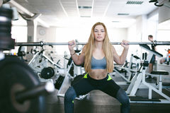 Девушка в ярком белом спортзале Стоковые Изображения RF