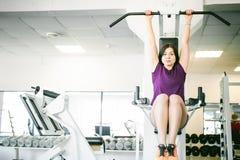 Девушка в ярком белом спортзале Стоковое Изображение