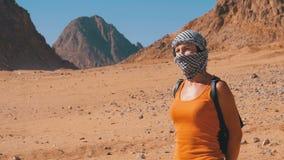 Девушка в Keffiyeh в пустыне Египта сток-видео