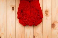 Девушка в mittens дает сердце на день валентинки Стоковые Изображения