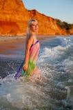 Девушка в pareo на море стоковая фотография rf