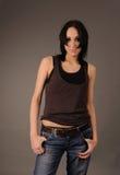 Девушка в rumpled рубашке и джинсыах. Стоковое фото RF