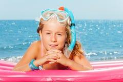 Девушка в snorkeling маске имея остатки на пляже Стоковое фото RF