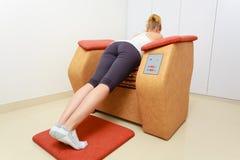 Девушка в sportwear используя ослабляет салон курорта оборудования массажа здоровый стоковая фотография rf