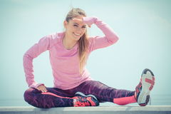 Девушка в sporty одеждах работая и смотря в расстояние морем, здоровый активный образ жизни стоковое изображение
