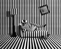Девушка в Striped комнате стоковое фото