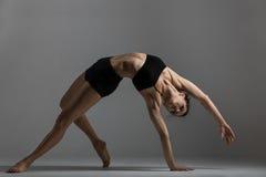 Девушка гимнаста выполняет тренировку Стоковые Изображения RF