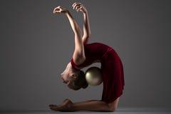 Девушка гимнаста гнуть ОН назад с шариком Стоковое Фото