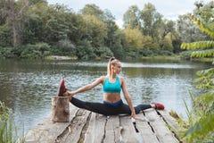 Девушка гимнаста сидя на шпагате Стоковое Изображение