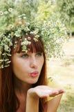 девушка гирлянды цветка Стоковые Фотографии RF