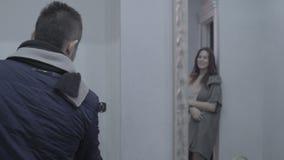 Девушка говорит до свидания к парню сток-видео