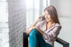 Девушка говорит телефоном стоковое изображение rf