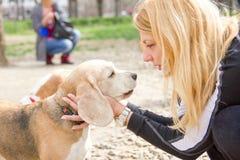 Девушка говоря к собаке с влюбленностью Стоковые Фотографии RF