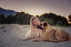 Девушка говоря к собаке стоковая фотография rf