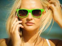 Девушка говоря на мобильном телефоне на пляже Стоковое Изображение