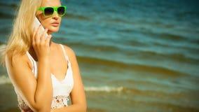 Девушка говоря на мобильном телефоне на пляже Стоковая Фотография RF