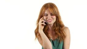 Девушка говоря на телефоне Белая предпосылка сток-видео