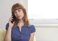 Девушка говоря на умном телефоне Стоковое фото RF
