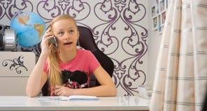 Девушка говоря на smartphone дома Стоковые Фотографии RF
