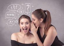 Девушка говоря секретные вещи к ее подруге Стоковая Фотография RF